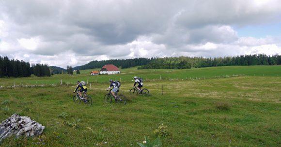 18-TR-MTB-TransJuranne_15_Landschaft_Biker_Panorama1