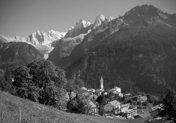 ST-Soglio-Val-Bregaglia-Sciora-Gruppe-Badile-GR_Panorama1sw